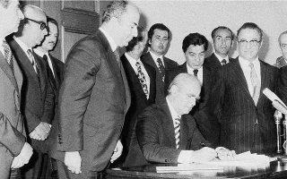 9 Ιουνίου 1975. Ο πρωθυπουργός Κωνσταντίνος Καραμανλής υπογράφει το νέο Σύνταγμα της χώρας στην Αίθουσα των Τροπαίων της Βουλής.