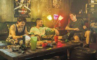 Ο Σκοτ (Πιτ Ντέιβιντσον) και οι φίλοι του περνούν τον χρόνο τους φυτοζωώντας ανάμεσα σε βιντεοπαιχνίδια και μπόλικη χρήση μαριχουάνας.