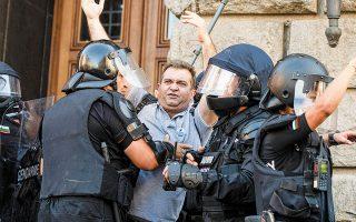 Σύλληψη διαδηλωτή κατά τη διάρκεια εκδηλώσεων διαμαρτυρίας έξω από το βουλγαρικό Κοινοβούλιο με αίτημα την παραίτηση της κυβέρνησης (φωτ. EPA).