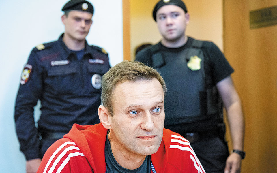 O ηγέτης της ρωσικής αντιπολίτευσης Αλεξέι Ναβάλνι μιλάει σε ΜΜΕ ενόψει παλαιότερης δίκης του, στη Μόσχα.