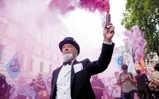 Στιγμιότυπο από τη χθεσινή διαδήλωση της ακτιβιστικής ομάδας κατά της κλιματικής αλλαγής Extinction Rebellion, στο κέντρο του Λονδίνου.