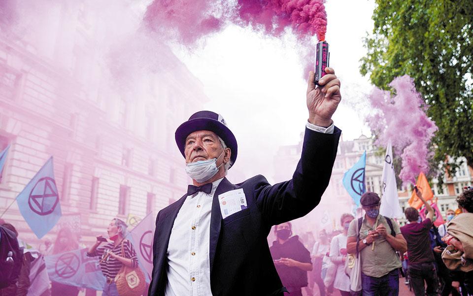 Ακτιβιστές «κόλλησαν» στο Ουέστμινστερ