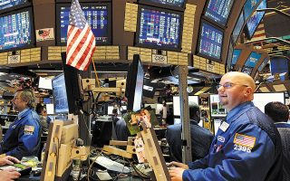Tο επενδυτικό κλίμα αντιστράφηκε την Πέμπτη, με τους βασικούς χρηματιστηριακούς δείκτες της Wall Street να σημειώνουν τη μεγαλύτερή τους πτώση από τον Ιούνιο έπειτα από ένα σερί ανοδικών συνεδριάσεων.