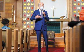 O Τζο Μπάιντεν έδωσε το στίγμα του μιλώντας με ηγέτες της μαύρης κοινότητας σε εκκλησία της Κενόσα (φωτ. A.P.).