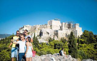 Οπως διαμηνύουν πηγές του οικονομικού επιτελείου, τα έσοδα από τον εξωτερικό τουρισμό, ενώ είχαν περιοριστεί τον Ιούλιο στο 20% των αντίστοιχων εσόδων του Ιουλίου του 2019, ανέβηκαν τον Αύγουστο στο 30%-35% του Αυγούστου του προηγούμενου χρόνου.