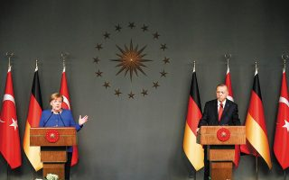 Oι επόμενες δύο εβδομάδες είναι κρίσιμες για το εάν η νέα κυοφορούμενη πρωτοβουλία της Γερμανίδας καγκελαρίου Αγκελα Μέρκελ (φωτ. από την επίσκεψή της στην Κωνσταντινούπολη τον περασμένο Ιανουάριο) θα τελεσφορήσει ή η ένταση στην περιοχή θα οδηγηθεί σε περαιτέρω κλιμάκωση. (Φωτ. A.P. / EMRAH GUREL)