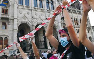 Φοιτητές της σχολής και χιλιάδες συμπαθούντες σχηματίζουν ανθρώπινη αλυσίδα διαμαρτυρόμενοι κατά της εθνικιστικής ατζέντας του Ορμπαν. (φωτ. EPA)