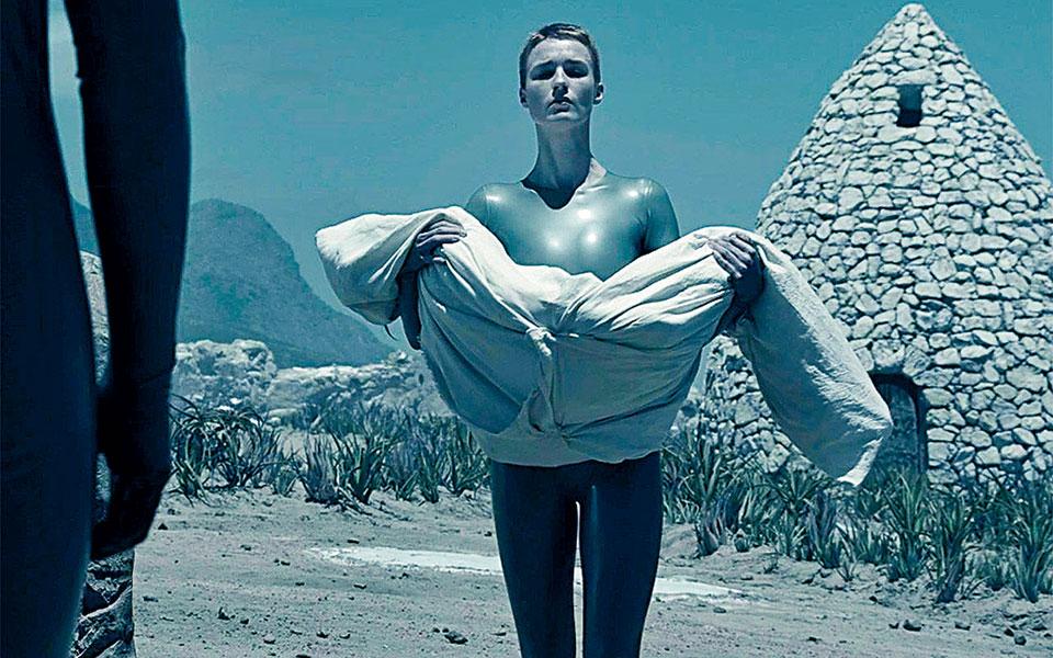 Η Αμάντα Κόλιν στην εντυπωσιακή σειρά του HBO Max «Raised by Wolves».