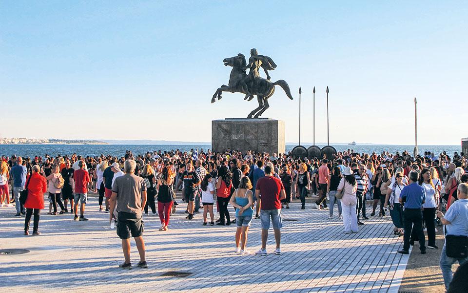 Με συνθήματα του τύπου «Ελλάς, θρησκεία, ορθοδοξία», «Κάτω τα χέρια από τα παιδιά μας», αρκετές εκατοντάδες συγκεντρώθηκαν στο άγαλμα του Μεγάλου Αλεξάνδρου στη Θεσσαλονίκη και στη συνέχεια έκαναν πορεία στους κεντρικούς δρόμους της πόλης (φωτ. INTIME NEWS).