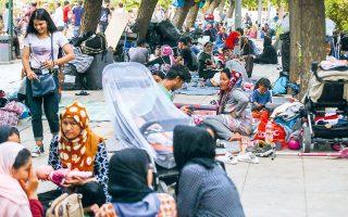 Χαρακτηριστικά μόνιμου υπνωτηρίου για αναγνωρισμένους πρόσφυγες λαμβάνει η πλατεία Βικτωρίας, καθώς κάθε βράδυ διανυκτερεύουν εκεί περίπου 100 οικογένειες με παιδιά. Μη έχοντας πλέον δικαίωμα παραμονής στις δομές των νησιών, καθώς έχουν λάβει καθεστώς πρόσφυγα, καταφθάνουν στην Αθήνα και σπεύδουν στην πλατεία Βικτωρίας (φωτ. INTIME NEWS / ΣΤΕΦΑΝΟΥ ΣΤΕΛΙΟΣ).