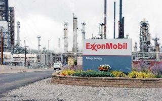 Eφέτος, η ExxonMobil δανείστηκε 23 δισ. δολάρια, ώστε να αντεπεξέλθει στις εκκρεμότητές της. Και αυτό σήμαινε πως σχεδόν διπλασίασε το χρέος της. Τον δε Ιούλιο πρώτη φορά στην ιστορία της εμφάνισε τριμηνιαίες ζημίες, ενώ συνολικά για το 2020 αναμένει ζημίες 1,86 δισ. δολαρίων (φωτ. A.P.).