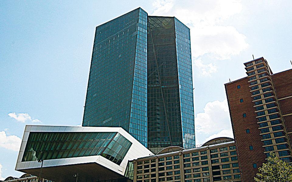 Η ΕΚΤ ανησυχεί καθώς η ισχυροποίηση του ευρώ μπορεί να μειώσει ακόμη περισσότερο τον ήδη αναιμικό ρυθμό ανάπτυξης της Ευρωζώνης (φωτ. ΕΡΑ).