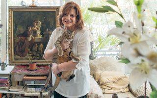 Η Φωτεινή Τσαλίκογλου με τον Φρυσία στην αγκαλιά. «Για έναν γάτο ο Τζιακομέτι άφησε να καεί ένας πίνακας του Ρέμπραντ, για έναν γάτο ο Ελιοτ, ο Μπόρχες, ο Ελύτης και τόσοι άλλοι έγραψαν εξαίσια ποιήματα». (Φωτ. ΟΡΕΣΤΗΣ ΣΕΦΕΡΟΓΛΟΥ)