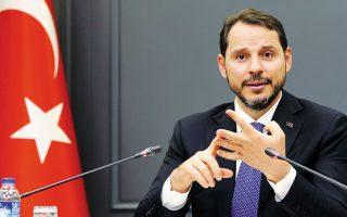 O υπουργός Οικονομικών της Τουρκίας, Μπεράτ Αλμπαϊράκ, ο οποίος σημειωτέον είναι γαμπρός του Τούρκου προέδρου Ταγίπ Ερντογάν, δήλωσε πως η νέα στρατηγική είναι να εκμεταλλευθεί την πτώση του νομίσματος, καθώς προσφέρει ανταγωνιστικότητα λόγω των φθηνών τιμών των τουρκικών προϊόντων (φωτ. REUTERS).