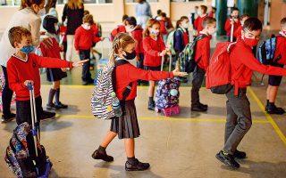 Mαθητές διατηρούν αποστάσεις σε ισπανικό σχολείο. Στα πλεονεκτήματα του ανοίγματος των σχολείων, η έκθεση συμπεριλαμβάνει τη δυνατότητα των γονέων να επανέλθουν στην παραγωγή (φωτ. A.P.).