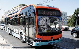 Το ηλεκτρικό λεωφορείο στο Σύνταγμα. Η δοκιμαστική διαδρομή πραγματοποιήθηκε χωρίς επιβάτες, αλλά με βάρη εντός του οχήματος ώστε να προσομοιάζουν οι συνθήκες με αυτές ενός γεμάτου λεωφορείου.