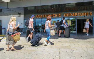 Μετά την απόφαση του Λονδίνου να τίθενται σε καραντίνα όσοι επιστρέφουν από επτά ελληνικά νησιά, Βρετανοί τουρίστες αναχωρούν εσπευσμένα από τη χώρα μας, ρίχνοντας ουσιαστικά την αυλαία της φετινής, εξαιρετικά δύσκολης τουριστικής σεζόν (φωτ. INTIME NEWS).