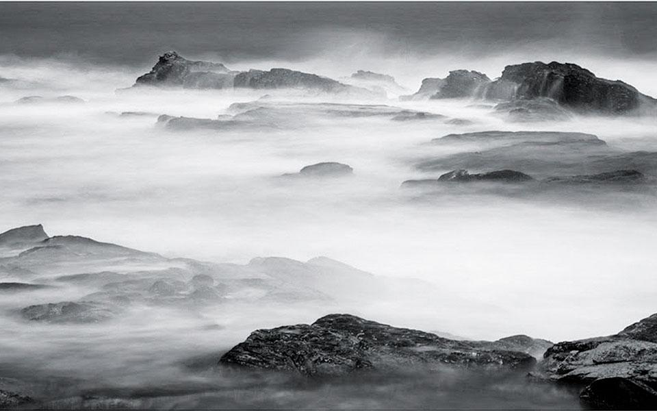 Εργο από την πρώτη ατομική έκθεση της φωτογράφου Ελλης Οικονομίδου με τίτλο «Seascapes».