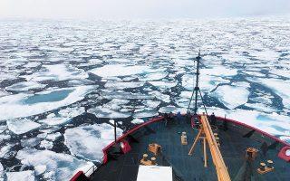 Κομμάτια από λιωμένα παγόβουνα στα νερά της Ανταρκτικής. Τα τελευταία 30 χρόνια, ο ρυθμός τήξης των πάγων έχει πενταπλασιαστεί (φωτ. A.P.).