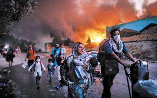 Το 65% του καταυλισμού της Μόριας καταστράφηκε από την πυρκαγιά που ξέσπασε χθες τα ξημερώματα και έλαβε γρήγορα διαστάσεις. Το βράδυ, νέα πυρκαγιά εκδηλώθηκε στο τμήμα του καταυλισμού που σώθηκε το πρωί, καίγοντας καταλύματα και σκηνές (φωτ. A.P. Photo / Petros Giannakouris).