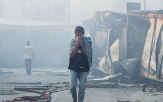 Οι πρώτες φωτιές άναψαν περιμετρικά του ΚΥΤ, ωστόσο οι φλόγες γρήγορα επεκτάθηκαν, με αποτέλεσμα οι εγκαταστάσεις να καταστραφούν ολοσχερώς (φωτ. REUTERS).