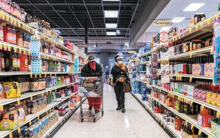 Oι επισκέψεις των Αμερικανών στο σούπερ μάρκετ είναι λιγότερες και οι λίστες με τα ψώνια μεγαλύτερες, καθώς η ανάγκη αποφυγής συνωστισμού έχει διδάξει τους καταναλωτές πώς να ψωνίζουν αποτελεσματικά (φωτ. REUTERS).