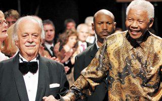 O Tζορτζ Μπίζος (αριστερά) με τον Νέλσον Μαντέλα, στα ογδοηκοστά γενέθλια του δεύτερου, τον Νοέμβριο του 2008, στο Γιοχάνεσμπουργκ. Περιγράφοντας παλαιότερα στην «Κ» τη φιλία του με τον Μαντέλα, είχε αφηγηθεί πως επί απαρτχάιντ ο ένας οδηγούσε και ο άλλος, δίπλα, κρυβόταν (φωτ. A.P.).