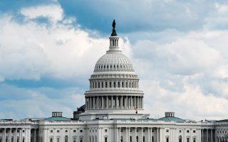 Η στάση των δύο κομμάτων αφήνει χωρίς «ομπρέλα» προστασίας την αμερικανική οικονομία, η οποία σφυροκοπείται από την πανδημία.