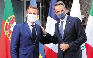 Εμανουέλ Μακρόν και Κυριάκος Μητσοτάκης σε εγκάρδιο στιγμιότυπο κατά τη χθεσινή Ευρωμεσογειακή Διάσκεψη στην Κορσική. Στην κατ' ιδίαν συνάντησή τους, οι δύο ηγέτες συζήτησαν την προοπτική μιας στρατηγικής σχέσης μεταξύ Ελλάδας και Γαλλίας (φωτ. Ludovic Marin / Pool via REUTERS).