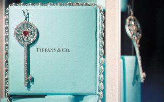 Ο οίκος Tiffany δημιουργήθηκε στις 14 Σεπτεμβρίου 1837 από τον Τσαρλς Λιούις Τίφανι ως κατάστημα διακοσμητικών. Αργότερα εμπλουτίστηκε με ασημικά, κοσμήματα και εισαγόμενα διαμάντια. Η τότε αυτοκράτειρα της Γαλλίας αγαπούσε μία συγκεκριμένη απόχρωση του γαλάζιου και ο επινοητικός Τίφανι δίνει αυτό το χρώμα στο εμβληματικό βελουδένιο κουτί του οίκου του (φωτ. Reuters).