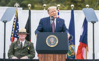 O πρόεδρος Τραμπ κατά τη χθεσινή ομιλία του στο Εθνικό Μνημείο της Πτήσης 93, στην Πενσιλβάνια (φωτ. REUTERS).