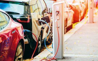 Η κυβέρνηση του Μπόρις Τζόνσον εξετάζει το ενδεχόμενο να προσαυξήσει την τιμή των συμβατικών οχημάτων έως και κατά 1.500 λίρες (1.623 ευρώ), ούτως ώστε να επιδοτήσει με τα χρήματα αυτά την ηλεκτροκίνηση.