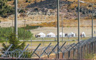 Εκατοντάδες πρόσφυγες και μετανάστες οδηγήθηκαν από τις αστυνομικές δυνάμεις στην περιοχή του Καρά Τεπέ, όπου κατασκευάζεται ο καταυλισμός (φωτ. EPA).