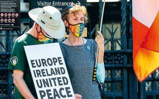 «Ευρώπη - Ιρλανδία - Ενωμένοι - Ειρήνη», δηλώνει διαδηλωτής κατά του κυβερνητικού νομοσχεδίου, κοντά στο βρετανικό Κοινοβούλιο στο Λονδίνο (φωτ. A.P.).