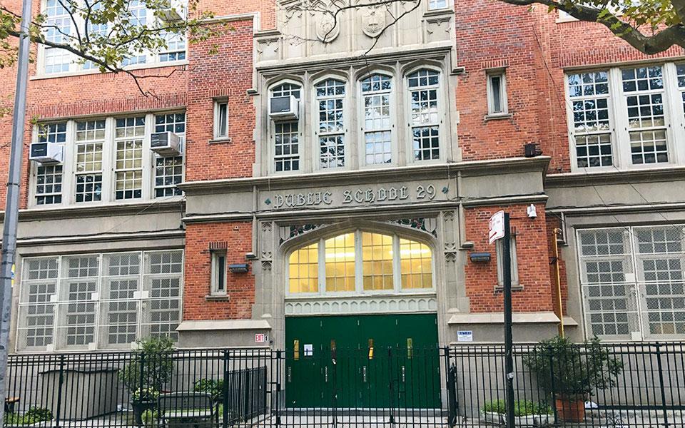 Σχολείο στο Μπρούκλιν όπου γίνεται υπαίθρια διδασκαλία.