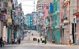 Η ραγδαία υποτίμηση του κουβανικού νομίσματος, πιθανώς στα 20 πέσο προς ένα δολάριο, δημιουργεί την επιτακτική ανάγκη να δοθούν σημαντικές αυξήσεις στους μισθούς των δημοσίων υπαλλήλων και στις συντάξεις, δεδομένου ότι θα εκτιναχθούν οι τιμές (φωτ. EPA).