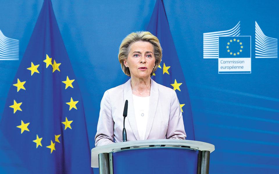 Η πρόεδρος της Κομισιόν Ούρσουλα φον ντερ Λάιεν αναμένεται να ανακοινώσει μέσα στην εβδομάδα ότι η Ε.Ε. αναβαθμίζει τον στόχο της για μείωση των εκπομπών καυσαερίων το 2030 «τουλάχιστον στο 55%» από τον υφιστάμενο στόχο για μείωση 40% (φωτ. A. P.).