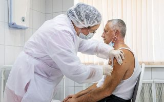 Xoρήγηση εμβολίου σε έναν από τις 40.000 εθελοντές που συμμετείχαν στις δοκιμές του Sputnik V (φωτ. A.P.).