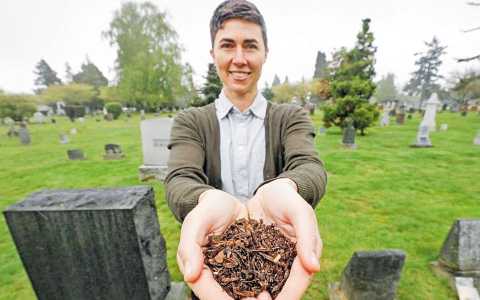 Ο 26χρονος βιολόγος Μπομπ Χέντρικς εξηγεί ότι το «ζωντανό κουκούλι» επιτρέπει στους ανθρώπους «να ξαναγίνουν ένα με τη φύση».