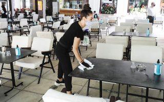 Εκατοντάδες χιλιάδες Ελληνες εργαζόμενοι εδώ και μήνες είναι υποχρεωμένοι να φορούν μάσκα στους χώρους εργασίας τους είτε λόγω των κυβερνητικών αποφάσεων είτε έπειτα από σχετική προτροπή των ίδιων των επιχειρήσεων (φωτ. INTIME NEWS).