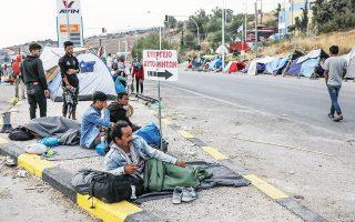 Πρόσφυγες και μετανάστες στους δρόμους γύρω από τον Καρά Τεπέ της Λέσβου, χθες (φωτ. INTIME NEWS).