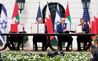 Υστερα από την Αίγυπτο και την Ιορδανία, τα Εμιράτα και το Μπαχρέιν έγιναν οι επόμενες αραβικές χώρες που ομαλοποίησαν τις σχέσεις τους με το Ισραήλ. Οι σχετικές συμφωνίες υπογράφτηκαν στον Λευκό Οίκο παρουσία του Ντόναλντ Τραμπ, ο οποίος ευελπιστεί να εισπράξει πολιτικά κέρδη στην προεκλογική του εκστρατεία (A.P. Photo / Alex Brandon).
