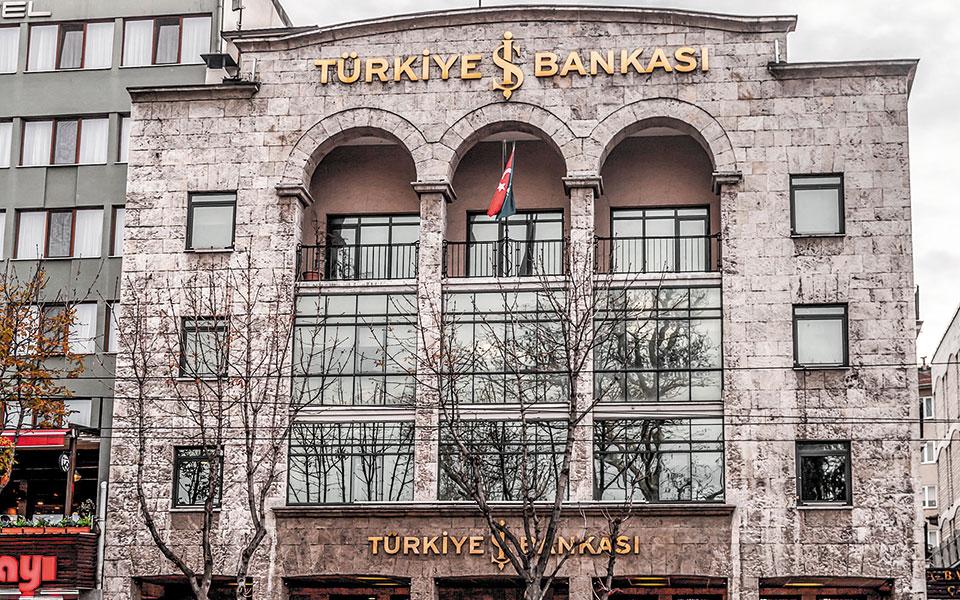 Οι καταθέσεις στις τουρκικές τράπεζες έχουν μειωθεί σχεδόν στο 50% σε σύγκριση με τα επίπεδα του Ιουνίου του περασμένου έτους και ο διψήφιος πληθωρισμός εξακολουθεί να διαβρώνει την αξία τους.