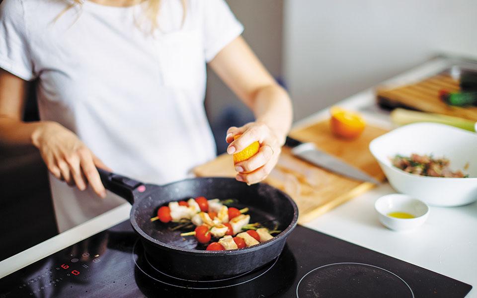 Κατά τη διάρκεια της καραντίνας πολλοί βρήκαν «καταφύγιο» στην κουζίνα, ωστόσο στη συνέχεια φοβήθηκαν και άρχισαν να περιορίζουν δραματικά την πρόσληψη τροφής, ενώ ξεκίνησαν την έντονη άσκηση (φωτ. SHUTTERSTOCK).