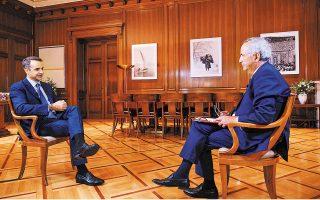 O πρωθυπουργός Κυριάκος Μητσοτάκης, συνομιλώντας με τον εκτελεστικό διευθυντή του Economist, Ντάνιελ Φράνκλιν, στο πλαίσιο της 24ης Ετήσιας Συζήτησης Στρογγύλης Τραπέζης του Economist με την ελληνική κυβέρνηση (φωτ. INTIME NEWS ).