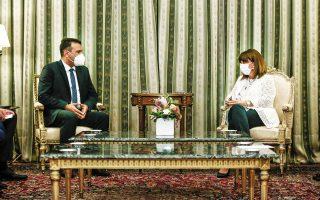 Η κ. Σακελλαροπούλου κατά τη συνάντησή της με τον κ. Ζάεφ επαναβεβαίωσε την ελληνική υποστήριξη της ευρωπαϊκής πορείας της Δημοκρατίας της Βόρειας Μακεδονίας, ενώ παράλληλα τόνισε τη σημασία υλοποίησης της συμφωνίας των Πρεσπών στο σύνολό της, όσον αφορά το γράμμα και το πνεύμα της (φωτ. INTIME NEWS).