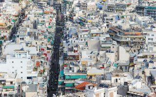 Πυκνός πολεοδομικός ιστός της Αθήνας με κυρίαρχη τη μορφή της μεταπολεμικής πολυκατοικίας.