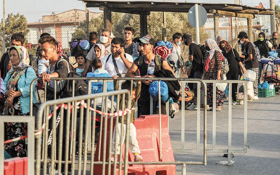 Πρόσφυγες και μετανάστες προσέρχονται στην προσωρινή δομή που έχει στηθεί στον Καρά Τεπέ της Λέσβου, όπου μπορούν πλέον να φιλοξενηθούν έως και 8.000 άτομα (φωτ. INTIMES NEWS).