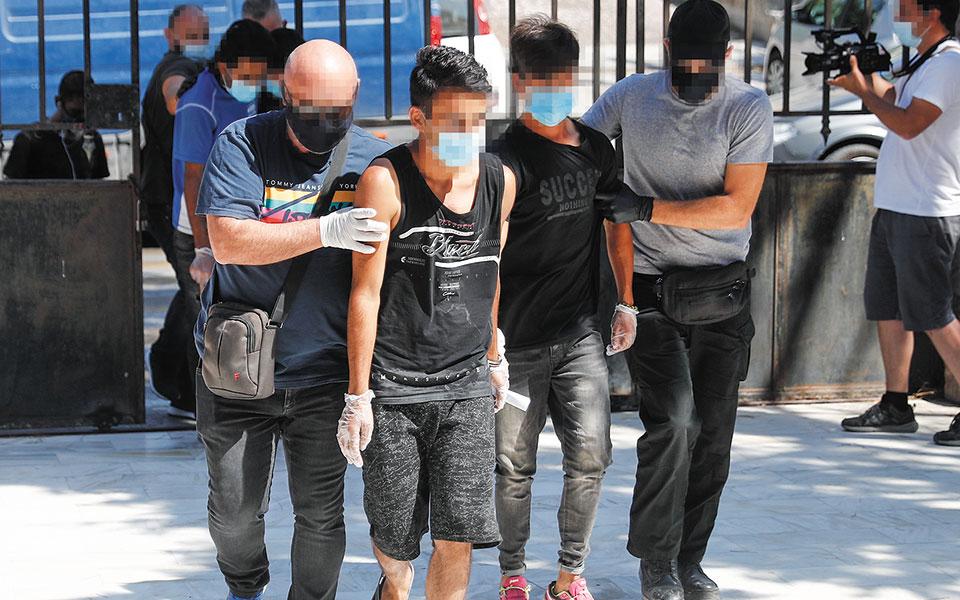 Οι συλληφθέντες οδηγήθηκαν χθες το πρωί ενώπιον του εισαγγελέα Πρωτοδικών Μυτιλήνης (φωτ. ΑΠΕ-ΜΠΕ/ΔΗΜΗΤΡΗΣ ΤΟΣΙΔΗΣ).
