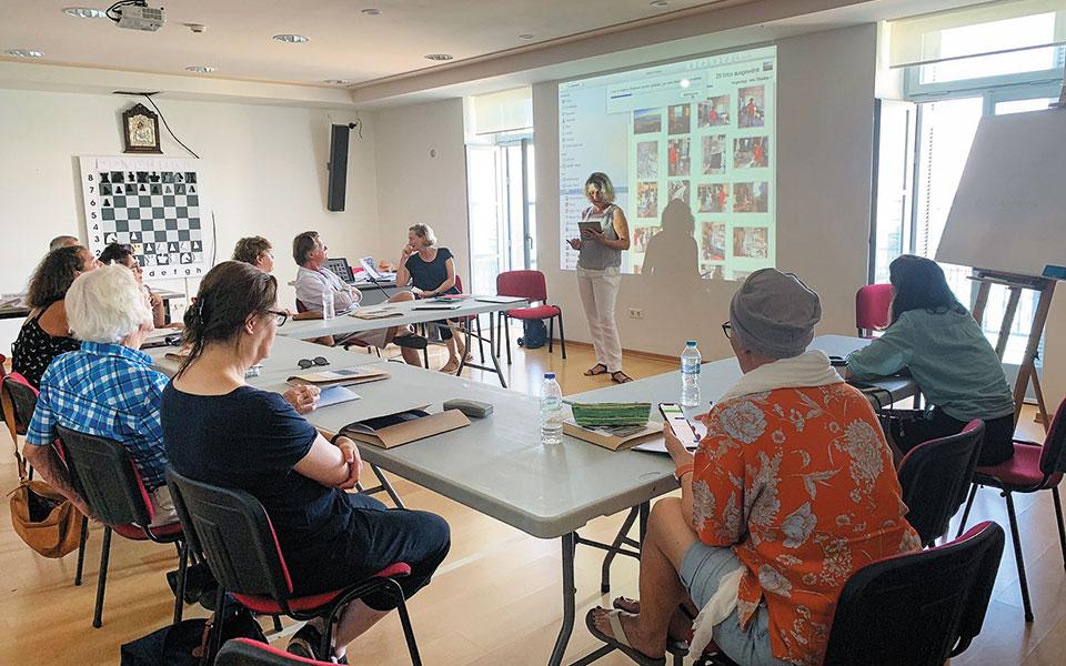 Το τετραήμερο γλωσσικό και πολιτιστικό σεμινάριο στο κυκλαδίτικο νησί  διοργάνωσε το Σχολείο Ελληνικού Πολιτισμού της Ζυρίχης (Αρχείο Σχολείου Ελληνικού Πολιτισμού της Ζυρίχης).